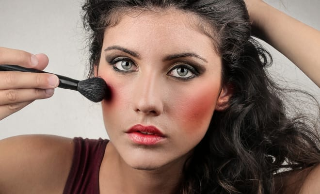 Errores que todas cometemos al aplicar maquillaje.