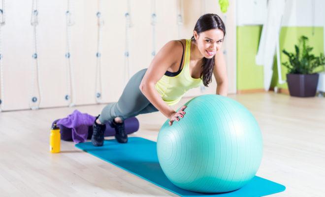 """Tonifica tu cuerpo en 20 minutos con tu una """"fitball""""."""