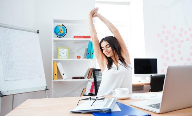 Ejercicios para mejorar tu postura en la oficina.