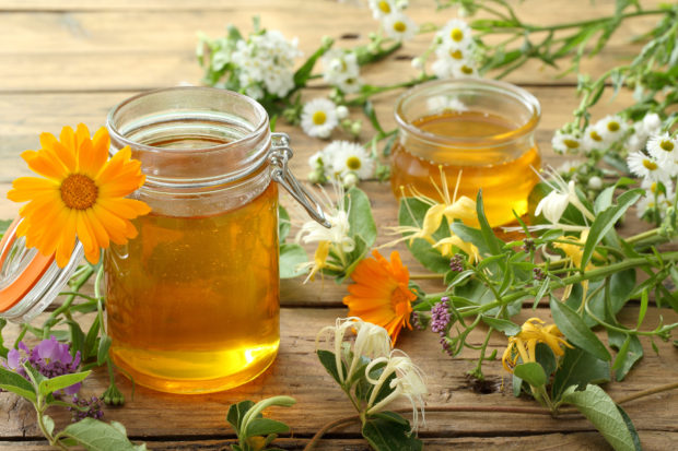 miele di fiori su sfondo tavolo di legno rustico