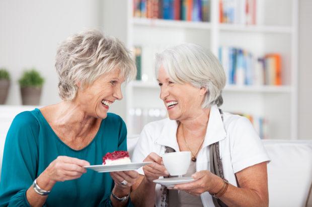 freundinnen treffen sich zu hause mit kaffee und kuchen