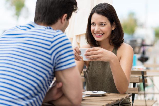 paar genießt einen cappuccino im café