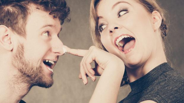 pareja feliz jugando