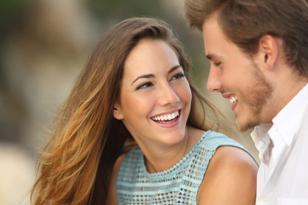pareja sonriendo feliz