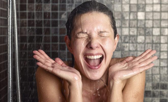 Bañarte con agua fría te embellece