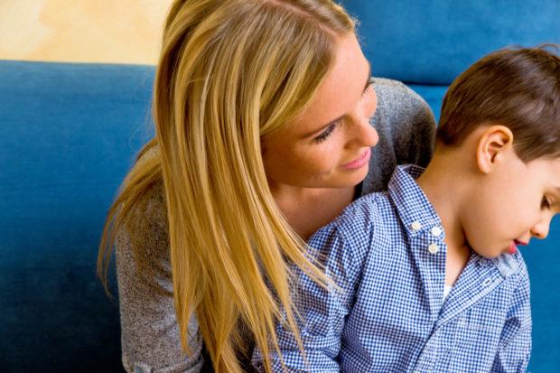 Mutter und Sohn, Symbol für Mutterliebe, Familie, Konflikt