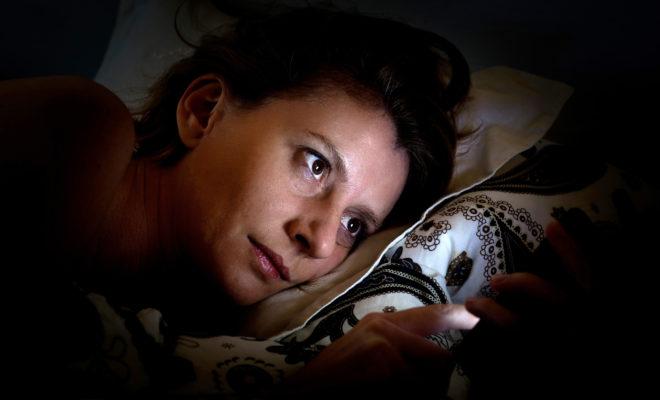 Tu celular tiene la culpa de que duermas mal