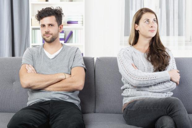 Junges Paar ist genervt von einander