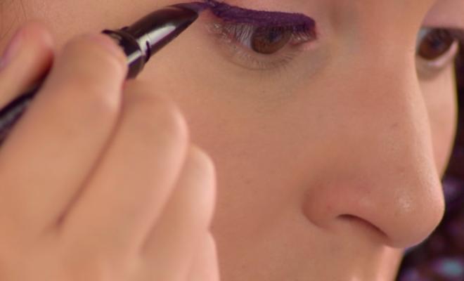 Maquillaje con sombras en tono salmón y violeta + delineado morado