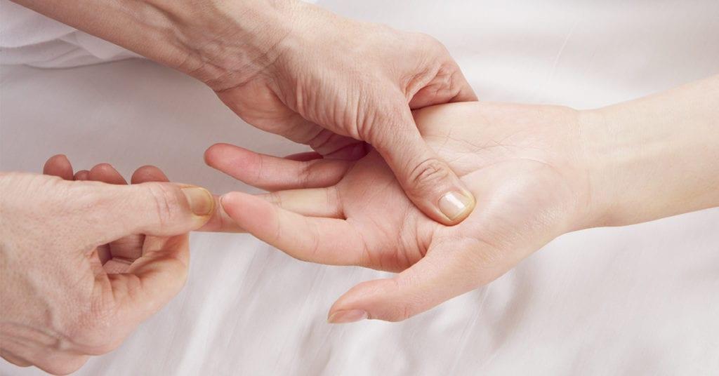 La magia de apretar puntos específicos de tu mano para relajarte