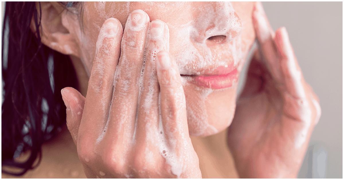 Lavarse la cara en la ducha no es tan bueno como pensabas